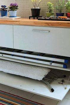 Dimensionado para a tábua de passar e uma escada, ele mede 1,40 m x 35 cm. Tampo de teca da Ecoleo.