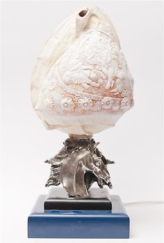 lampada in conchiglia incisa