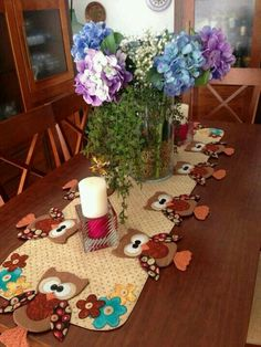 owl table runner, cute idea to make for Laurie? Table Runner And Placemats, Quilted Table Runners, Quilting Projects, Sewing Projects, Projects To Try, Owl Patterns, Quilt Patterns, Fabric Crafts, Sewing Crafts