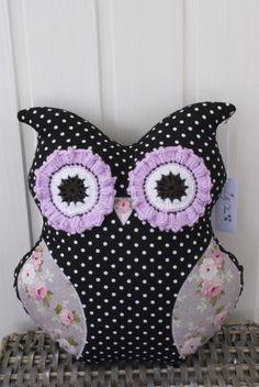 Baby Uggla, Baby Owl, Ugglekudde, Kudde, Pillow, Tyg, Fabric, Svartvit prickigt, Black and white with dots, Rosor, Roses, Virkat, Crochet, Hantverk, Handmade