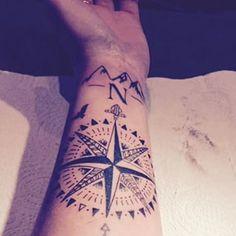 tatouage boussole rose des vents avant bras