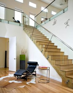 Love this space: the staircase with his handhold glass, the le courbusier lounge and the metal side table are my favs.
