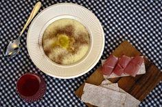 Rømmegrøt er en av de mest tradisjonsrike norske retter. Rømmegrøt er mektig, fett og fløyelsmyk. Dette er en grøt som kanskje kan kreve noe smakstilvenning. Panna Cotta, Ethnic Recipes, Food, Dulce De Leche, Meals, Yemek, Eten