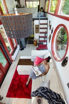 This is the story of how one woman graduallydownsized from a four bedroom house, to a one bedroom apartment, and finally to her very own custom designed and built tiny home on wheels that you see …