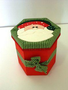 Caixa Hexagonal Papai Noel Técnica: Patchwork embutido Revestida com tecido 100% algodão e pintura Ótimo acabamento! Ideal para presentear. R$ 58,00