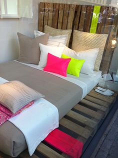 Neon pallet bed. Me likey.