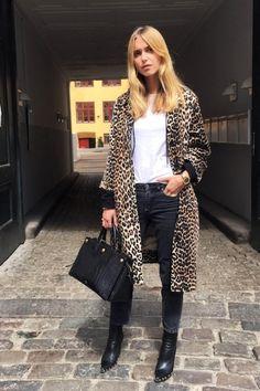 Leo-Mäntel zählen diesen Winter zu den Top-Trendpieces. Richtig kombiniert sind sie wunderbare Outfit-Booster, die alle Blicke auf sich ziehen. Damit der Look nicht billig wirkt: Setze beim Rest des Looks auf zurückhaltende Teile. Ein wunderschönes Beispiel präsentiert uns hier die dänische Streetstyle-Ikone Pernille Teisbaek.