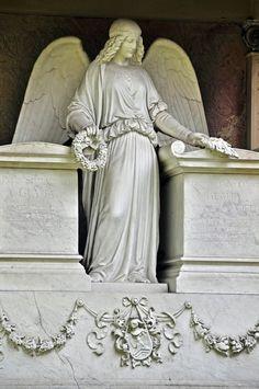 Frankfurt: Hauptfriedhof - Engel mit Blütenkränzen