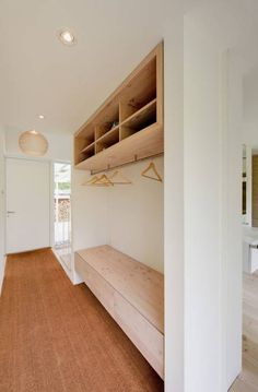 Galeriehaus im Dünenwald - Garderobe: moderner Flur, Diele & Treppenhaus von Möhring Architekten
