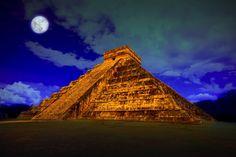 Pirámide de Kukulkán, Dios para los Mayas, que para los Aztecas fue Quetzalcóatl, localizada en Chicen Itzá, Yucatán, México.