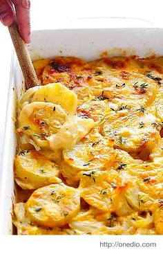 This scalloped potatoes recipe is creamy, cheesy, and irresistibly delicious. Ye… This scalloped potatoes recipe is creamy, cheesy, and irresistibly delicious. Yet it's made lighter with a few simple tweaks! Best Scalloped Potatoes, Scalloped Potato Recipes, Scallop Potatoes, Sliced Potatoes, Mashed Potatoes, Oven Potatoes, Cheese Potatoes, Augratin Potatoes Recipe, Cream Potatoes Recipe