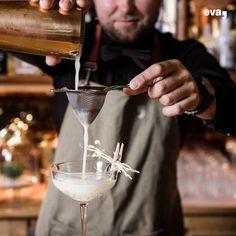Im Hotel eva,VILLAGE im Herzen von Saalbach verbirgt sich eine einzigartige Cocktailbar. Die Drinks sind alle selbst kreiert von Drinks-Trendsetter & herzblut Barkeeper Kaur.  #gintonic #ginlove #cocktail #gintastic #cocktailbar #creation #bartrend #bestbarintown Gin, Alcoholic Drinks, Beverages, Hotels, White Wine, Mood, Tableware, Bartenders, Dinnerware