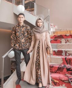 Who is not familiar with batik outfit? This outfit is a cultural and characteristic symbol in Asia especially in Indonesia. At first appearance batik was only Kebaya Modern Hijab, Model Kebaya Modern, Kebaya Hijab, Kebaya Dress, Batik Kebaya, Model Kebaya Muslim, Dress Brokat Modern, Couple Hijab, Couple Outfits