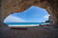 Za nádhernými plážami s jemným bielym pieskom a paletou všetkých odtieňov azúrových farieb, ktoré sa snáď nikdy neomrzí, nemusíte cestovať až do Karibiku. Môžete skúsiť aj lacnejší variant – dovolenku na Sardínii. Doba letu vám zaberie len niečo okolo dvoch hodín a ubytovanie na Sardínii ponúka veľa cenovo dostupných apartmánov, alebo letných víl. Pobreží Sardínie lemujú fascinujúce plytké zálivy, skalné