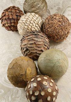DIY con las viejas pelotas de plástico de árboles de Navidad.  Ellos cubierto con diferentes tipos naturales y hechas bolas decorativas.  Muy buena idea.: