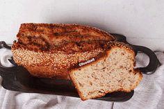 Sesam Brot aufgeschnitten, schoene Krume Sesame seed bread with a slice cut off