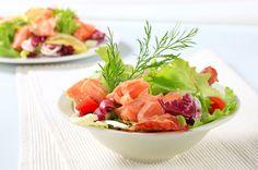 Salada de salmão fumado com folhas verdes | SAPO Lifestyle