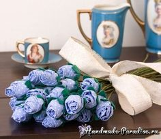 Auf folgende Seite erkennen Sie, wie kann man wunderschöne Blumen aus Stoff selber basteln. Die Anleitung ist auch dabei, schauen Sie mal.