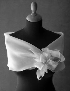 Resultado de imagem para come fare da soli un coprispalle elegante cerimonia Designer Wear, Designer Dresses, Filipiniana Dress, Robes Glamour, Wedding Shawl, Bridal Shawl, Groom Dress, Dress Sash, Shawls And Wraps