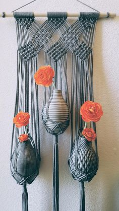 Large Triple Flower Vase Grey Wall Hanging//Gray Boho Modern Macrame (Maisie) - art and craft - Vase ideen Macrame Design, Macrame Art, Macrame Projects, Macrame Knots, Diy Projects, Macrame Wall Hanging Diy, Macrame Wall Hangings, Macrame Modern, Macrame Patterns
