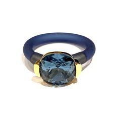 Ring laget av forgylt tinn, Swarovski krystall og gummi. Gummien kan tas av og klippes til i ønsket lengde, slik at den passer alle. Velg farge på gummiringen i nedtrekksfeltet. Blue Gold, Blue Denim, Sapphire, Rings For Men, Jewelry, Men Rings, Jewlery, Bijoux, Jewerly