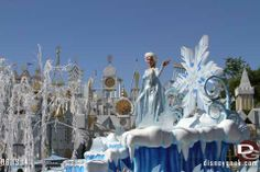 Frozen parade float in Disneyland. Walk around through Disneyland and Disney's California Adventure for June. Take a look at the progress, construction and changes these parks are undergoing. http://land.allears.net/blogs/lauragilbreath/2014/06/disneyland_resort_photo_update_73.html | #Disney #Disneyland #DCA #Frozen #Elsa #IcyBlast #Parade #California #Cali