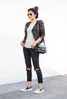 tênis, calça e jaqueta de couro.