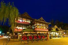 道後温泉 Dogo-onsen Hot Spring is the oldest spa in Japan, which is said to have 3,000 year history. A legend says that it healed a deity's illness in ancient time.
