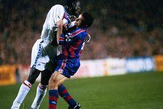 Partido de ida de cuartos de final de la Champions League 1994-95 entre el Barça y el PSG disputado en el Camp Nou. Weah se abalanza sobre Sergi.
