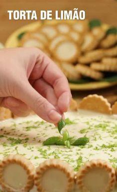 Torta de Limão MARAVILHOSA Sin Gluten, Mousse, Good Food, Yummy Food, Eat Dessert First, Sweet Cakes, Natural Flavors, Mini Cakes, Baking Pans