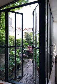 Un coin de verdure dès l'entrée - L'appartement caché d'un couturier dans le Marais - CôtéMaison.fr