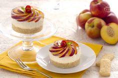 Le tortine di Pavesini fredde alle pesche sono dessert monoporzione preparati con una base biscotti di Pavesini e una crema allo yogurt e pesche.
