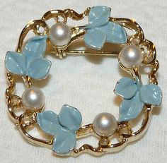 Vintage-Signed-Gold-Tone-Blue-Enamel-Faux-Pearl-Flower-Wreath-Brooch-Pin-RR51