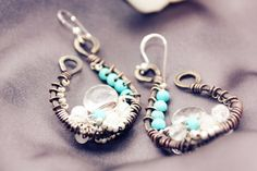 Wunderschöne Bergkristallohrringe in Wire Art Technik, patinierter Vintage-Look mit Howalith und kleinen Bergkristallen und Mondsteinen. Der Ohrring w