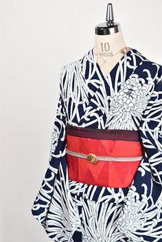 濃紺色の地に真っ白の花びらが優美に広がる大輪の乱菊模様が染め出された注染レトロ浴衣です。