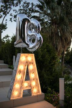 Uno de los momentos más importantes de un evento es lograr crear un impacto en los invitados nada más llegar y, cuando vi las escaleras del jardín de A, no dude ni un segundo en saber que eran el elemento perfecto para el efecto ''WOW'' que queríamos. Fotos de Dani Fuentes ( http://www.himdani.com/ ) #birthday #18 #event #decoration #globos #eventplanner #A #18birthday #DaniFuentes