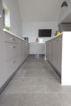 Farrow Grey tumbled limestone tiles available as large grey flagstone flooring. Order your FREE sample of Farrow Grey tumbled limestone tiles. Marble Floor Kitchen, Grey Tile Kitchen Floor, Flooring, Grey Kitchen Floor, Living Room Tiles, Grey Kitchen Tiles, Grey Floor Tiles, House Flooring, Limestone Tile