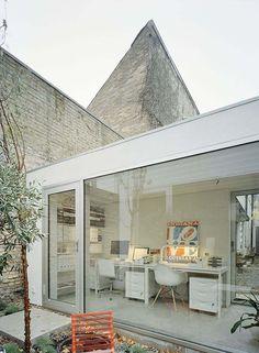 And exterior....brick with glass  Sillón DAR Blanco de Charles Eames