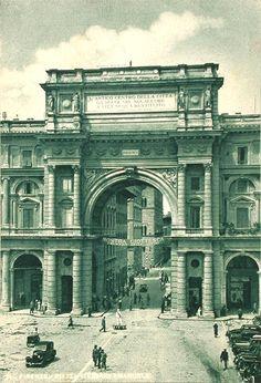 1938: The big arch in Piazza della Repubblica (built in 1895)