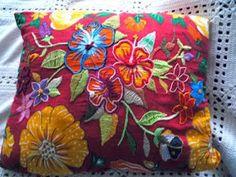 CAFÔFU - ATELIÊ DE ARTE: TENDENCIA - BORDADO EM CHITA Sashiko Embroidery, Embroidery Applique, Beaded Embroidery, Cross Stitch Embroidery, Embroidery Designs, Fabric Art, Fabric Crafts, Hand Quilting, Needlepoint