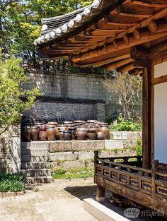 풍수 좋은 인왕산 자락, 사직동 도정궁터에 자리한 한옥 운경고택을 찾았다. 도심 한복판이라고는 믿을 수 없을 만큼 고요한 한옥이지만, 안온한 기운이 가득한 이 집은 당대 서울 상류층 가옥의 품격과 풍류를 그대로 간직하고 있었다. Korean Traditional, Traditional House, Asian Architecture, Architecture Design, Belleza Natural, Sustainable Design, Garden Planning, Indoor Outdoor, Pergola
