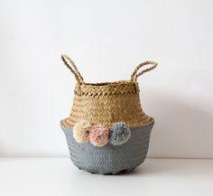 Cesta de mimbre pintada y decorada a mano / Wicker handcraft basket de CosmenCompany en Etsy