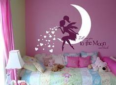 Nuestra más nueva etiqueta de la pared hadas con soplar besos corazón diciendo, te amo a la luna y la espalda esta decoración de la pared de hadas caprichosa añadirá un encantador y cariñoso tacto como el hada de cola de pony hermoso sobre la luna suavemente sopla besos sobre de su poco