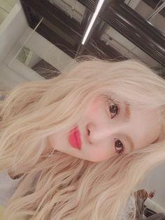 Nayeon, Kpop Girl Groups, Korean Girl Groups, Kpop Girls, Selca, Rapper, Sana Momo, Twice Kpop, Minatozaki Sana