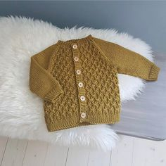 "756 Likes, 18 Comments - PetiteKnit • knitting patterns (@petiteknit) on Instagram: ""Min lille uldbaby er vinterklar med Alberts Pilothue, Carls Cardigan og Willums Selebukser  Alle…"""