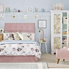 Blue-country-bedroom-with-floral-accents - copia