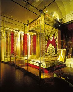 Rich Bedroom of Empress Maria Theresia - http://www.schoenbrunn.at/en/things-to-know/palace/tour-of-the-palace/rich-bedroom.html