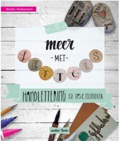 Meer met letters! Creative Bookshelves, Place Card Holders, Doodles, Meet, Bujo, Products, Donut Tower, Doodle, Gadget