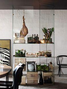 Mija Kinnings glasskåp som hon designat för Ballingslöv.