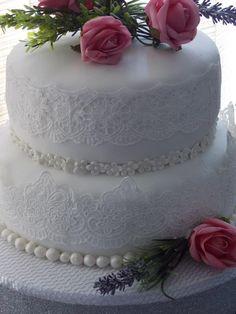 Bolo de casamento com rendas de açúcar.. www.facebook.com/bolosfarinho